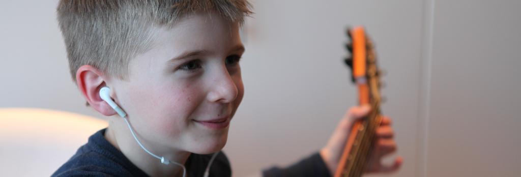 Kind am Gitarren-Spielen