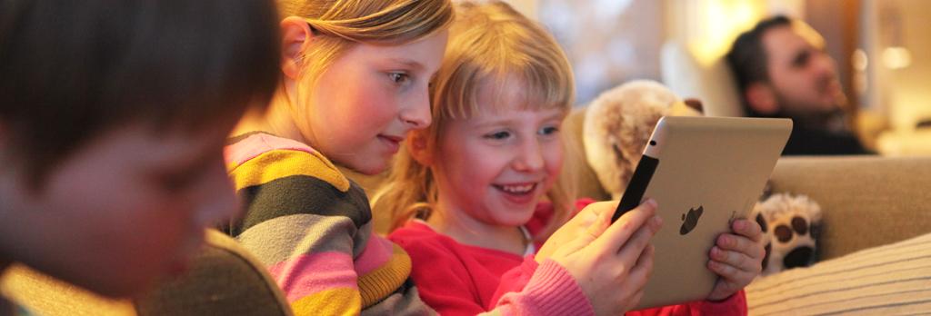 Zwei Mädchen spielen auf einem iPad