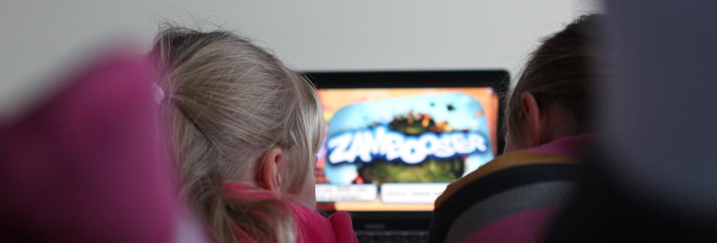 Zwei Mädchen haben Spass mit Videospiel Zambooser